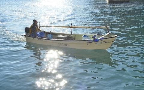 アワビ漁に出航する田野畑村・漁師、深渡年和さん